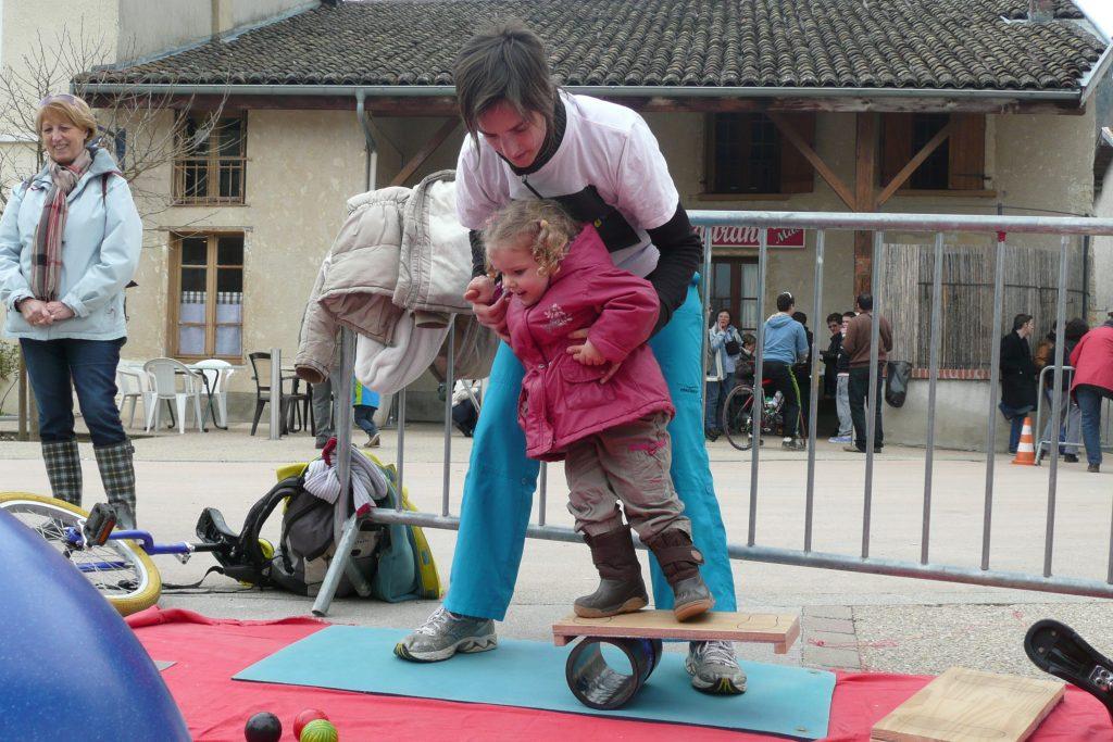 fête_vélo_Villette_équilibre_cirque_animation_village_Bourg en bresse