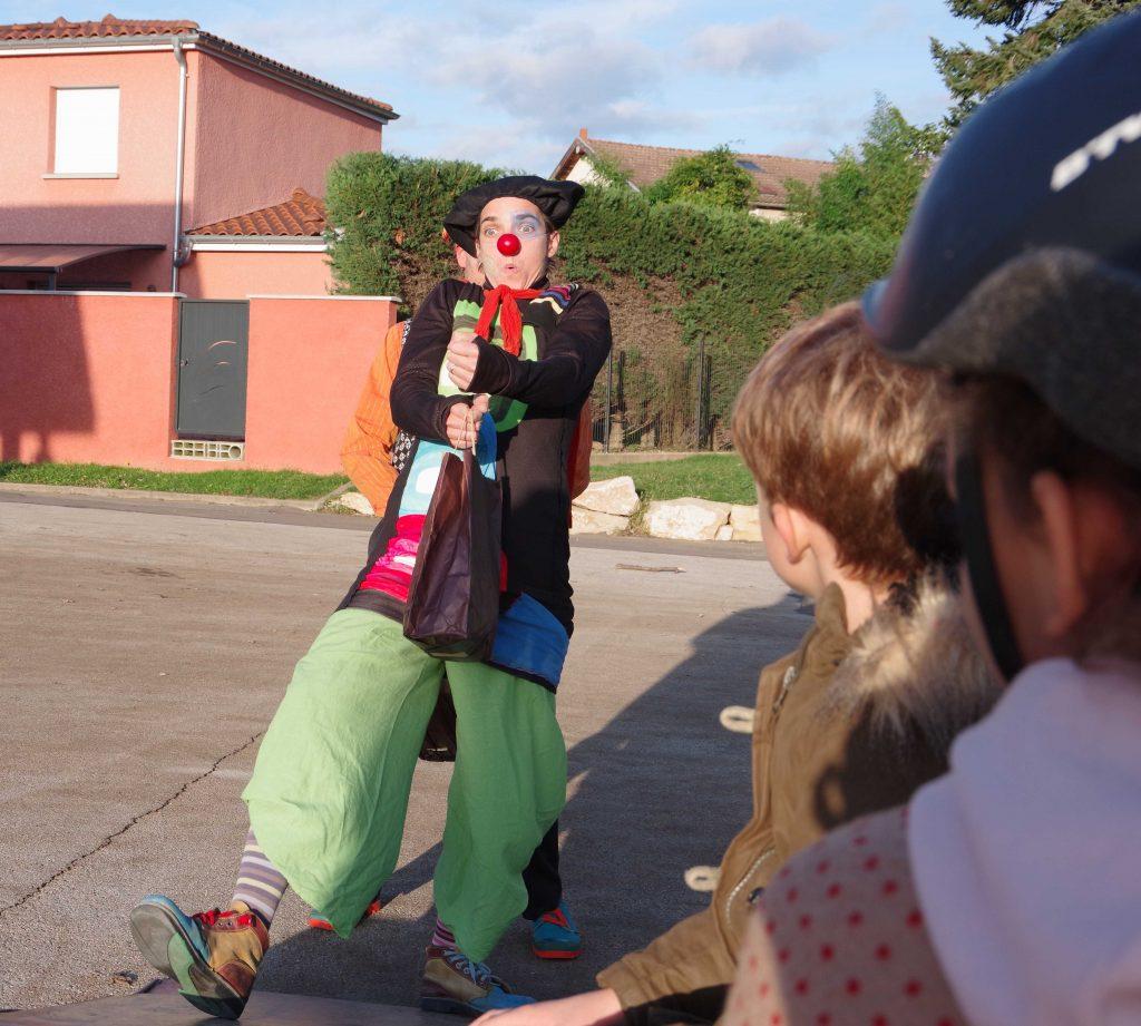 clowns à l'école, clown de rue, spectacle de clown, clown à Noël, Meximieux, Nantua, Bellegarde, Miribel, Lyon, Bourg
